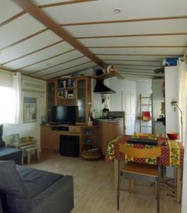Te huur aan de Côte d'Azur (St. Tropez): Luxe mobilhome op het direct aan het strand grenzende vakantiepark Toison d'Or.