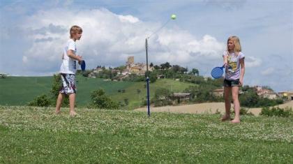 Italie  Groots kamperen op minicamping Le Marche huurtent zwembad