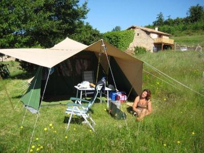 kleine groene boerderijcamping met gites, chambres et table d'hôte en yurtverhuur