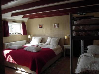 Sfeervolle luxe Gastenkamers in voormalige stallen van monumentale friese kop-hals-romp boerderij uit 1860.