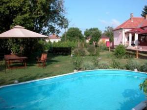 Heel leuk vakantiehuis, heerlijk voor met zijn tweeën, zwembad, prachtige tuin